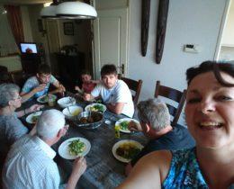 Gezelligheid aan tafel. Kleindochter Tess, haar papa, haar oom, haar opa,  oma, overgrootmoeder en overgrootvader.