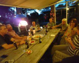 Onze traditionele jaarlijkse vriendenvakantie-BBQ eindigt bij een heerlijk vuurtje en gezellige praat. Mooie start van het weekend.
