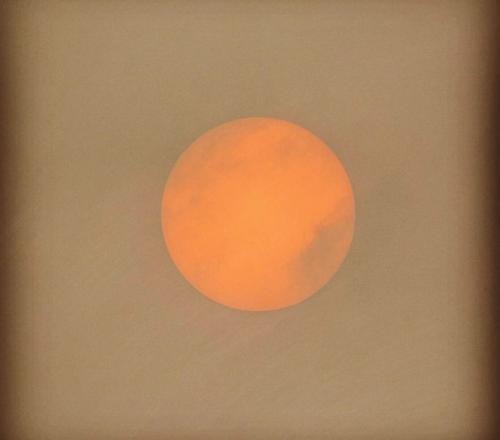 Het was of ik naar de maan keek gistermorgen toen ik naar mijn werk reed. #SahararodeZON