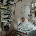 Bij mijn moedertje op de IC in het twee steden ziekenhuis. Vandaag is het stabiel, wat een genot. Samen lachen 😊